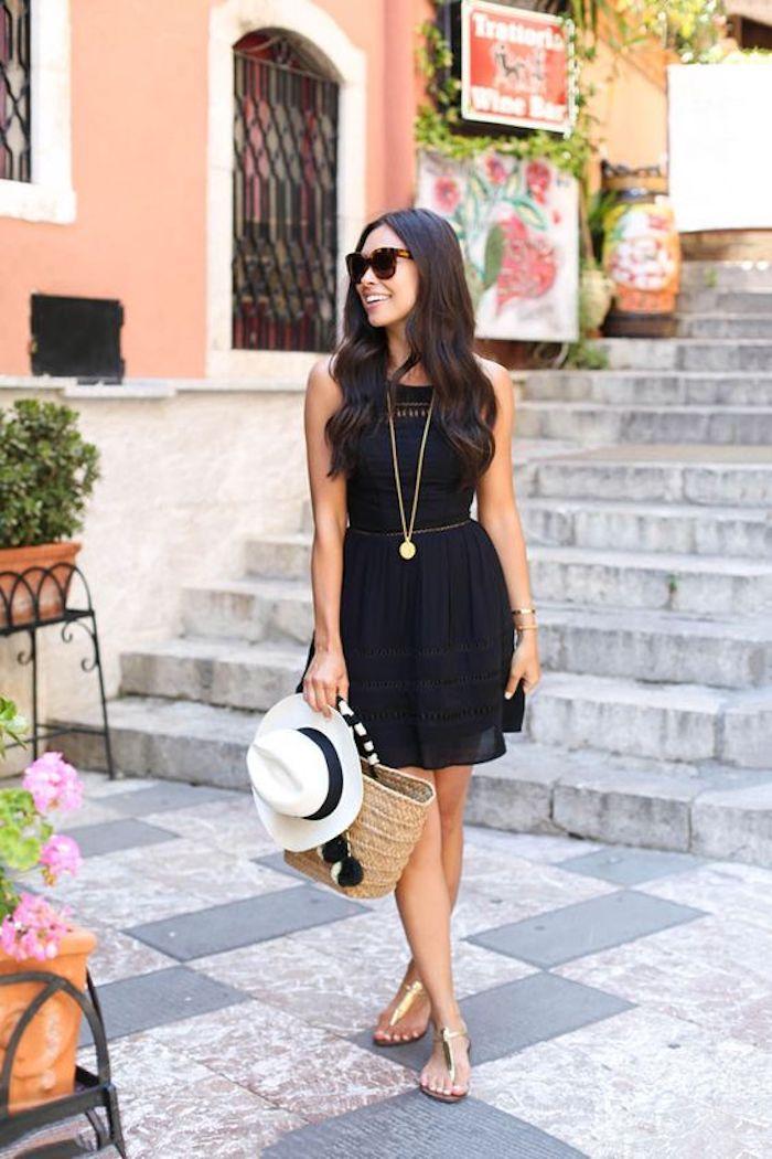 Robe noire courte, idée tenue vacances, sandales dorés, tenue chic femme, look casual pour femme stylée