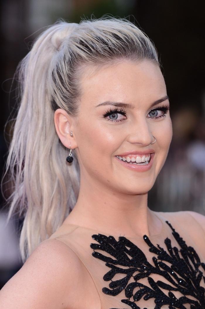 exemple de couleur cheveux blond aux racines noires, coiffure facile pour cheveux longs attachés en queue de cheval haute