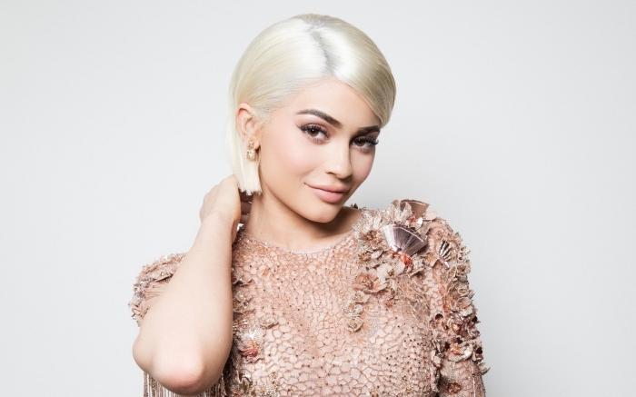 exemple de coupe carré mi long sur cheveux lisses avec raie sur le côté, coloration tendance 2019 aux cheveux blond blanc