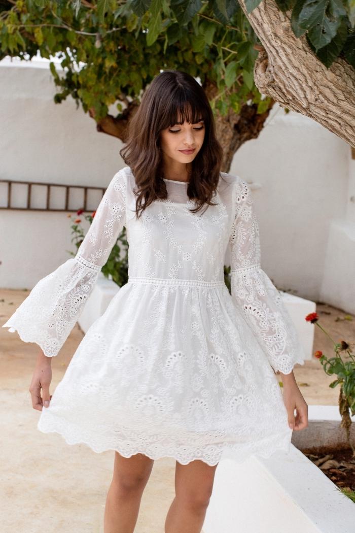 mode femme été, modèle de robe blanche courte et fluide avec manches à effet, idée robe avec manches bouffantes été