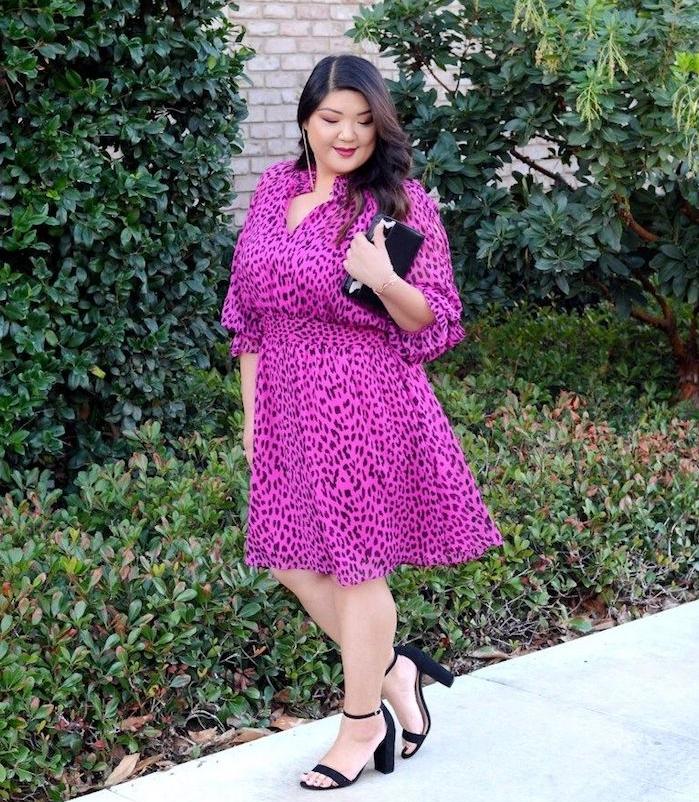 robe rose à imprimé léopard fuchsia, robe de ceremonie grande taille fluide, pochette et chaussures noires