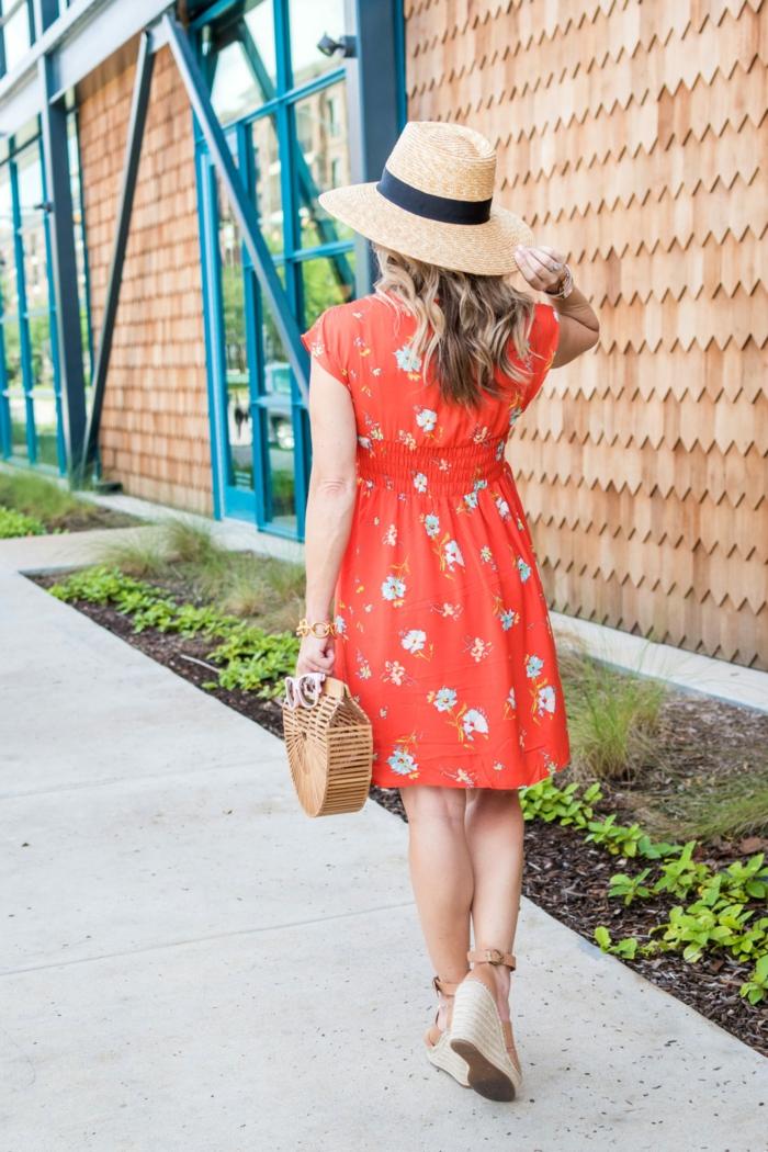 robe rouge été, chapeau femme panama, ruban noir, petit sac panier, sandales compensées