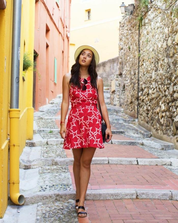 robe rouge, petit chapeau été élégant, sac noir, sandales compensées, tenue vacances femme