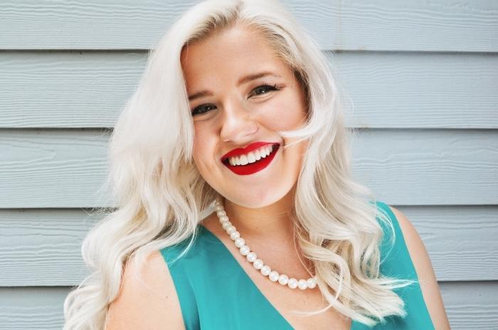 modèle de robe turquoise avec décolleté en V et bretelles combinée avec collier en perles, idée coupe de cheveux en couches de couleur blond polaire