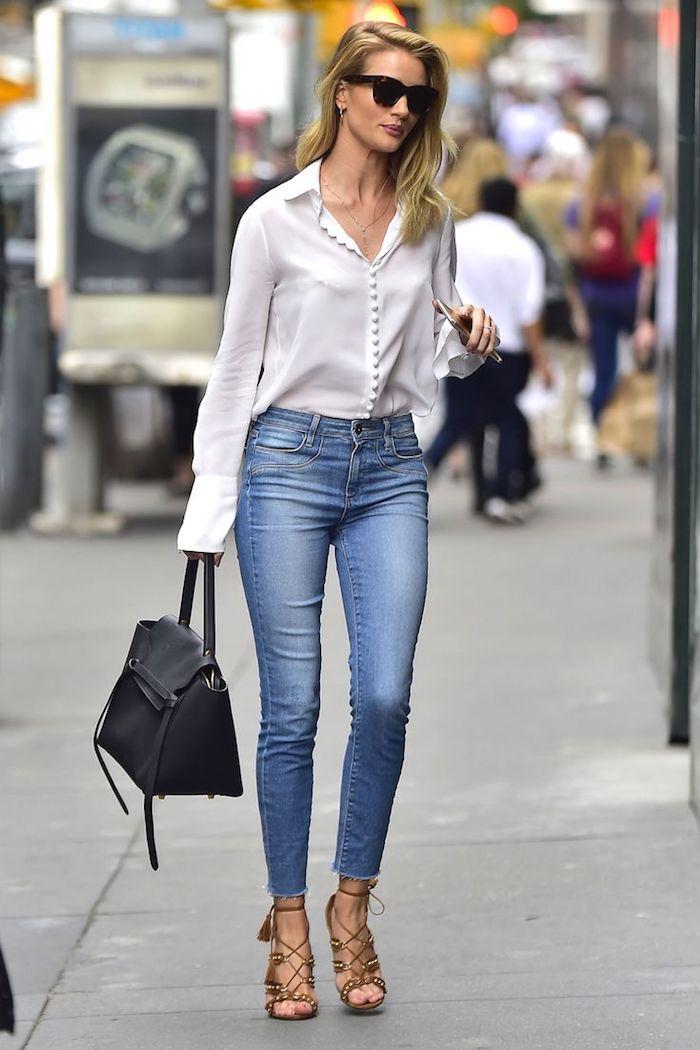Rosie Huntington jean et chemise blanche sandales à talon, sac à main noir cuir, lunettes de soleil tendance