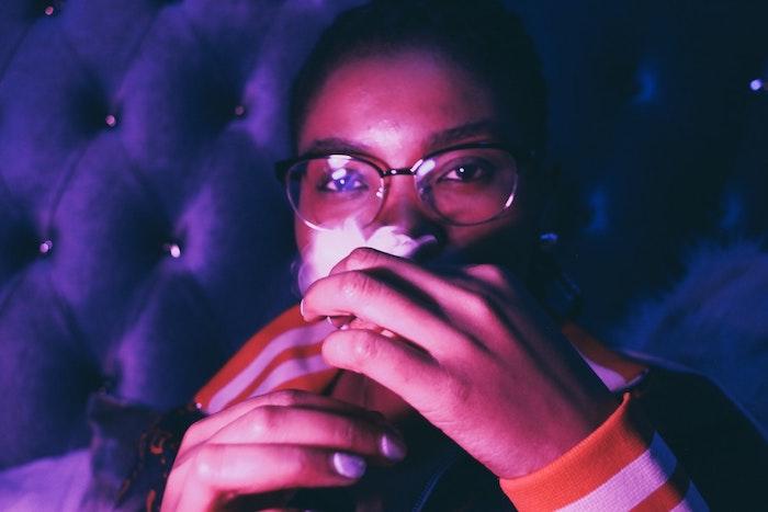 Une photo de fille qui fume, lunettes de lecture, yeux marrons, meuf swag, mec swag, le style des jeunes cool