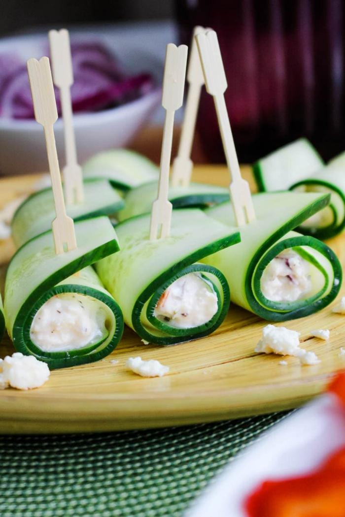 amuse bouche rapide pour apero, concombres enroulés, mélange de fromages et de sauce blanc