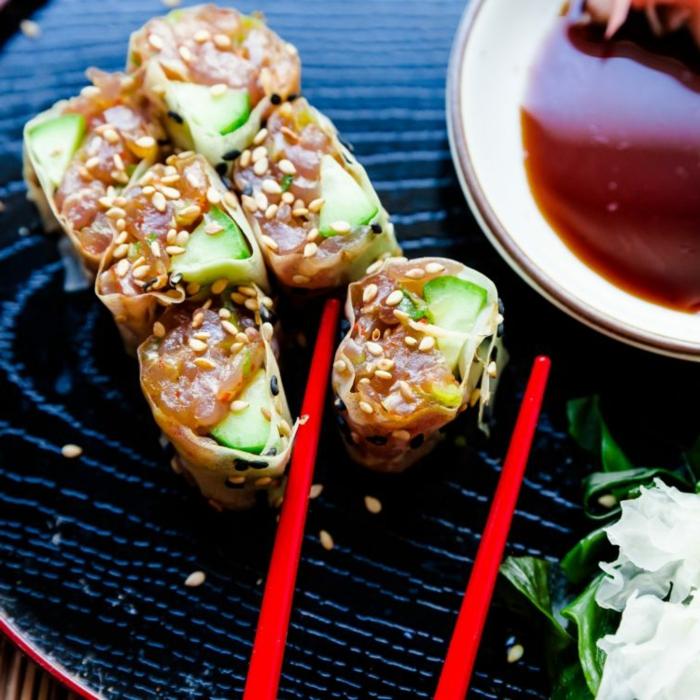rouleaux kéto de sushi, saumon fumé, sauce délicieuse, graines de sésame, concombre