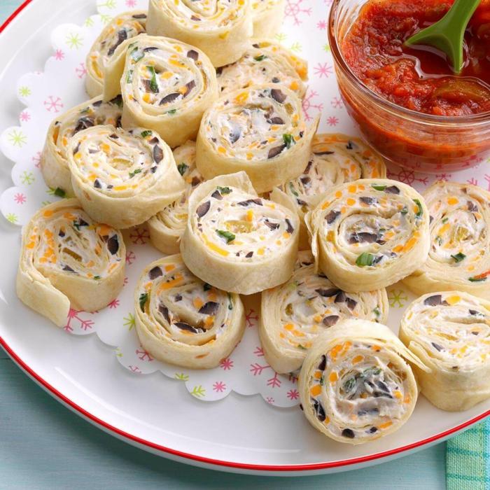 tortillas à la mayonnaise, sauce de tomate, assiette blanche, fabriquer des bouchées salées faciles