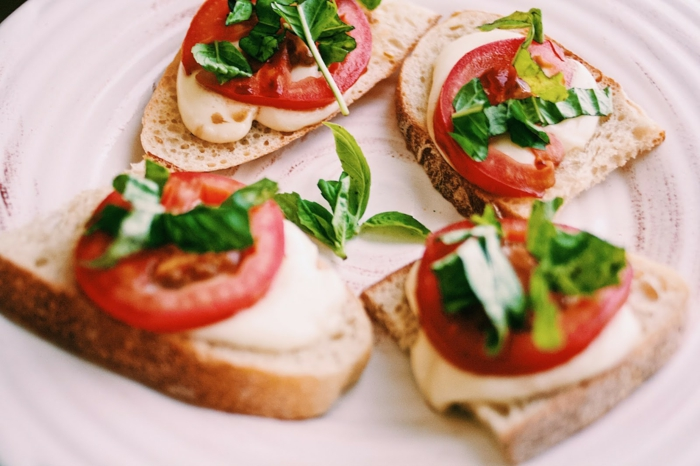 apéro dinatoire toast apero, mozzarella, rondins de tomates, pain grillé, basilic