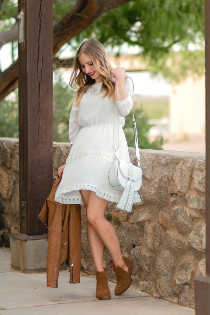 modèle de robe blanche fluide aux manches mi-longues à effet, idée bottines en velours marron avec talons hauts