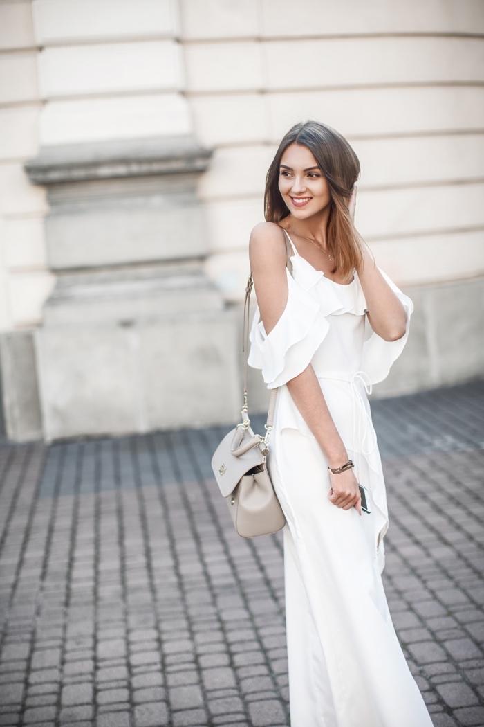 exemple comment s'habiller pour une soirée été avec robe longue blanche aux manches tombantes avec bretelles
