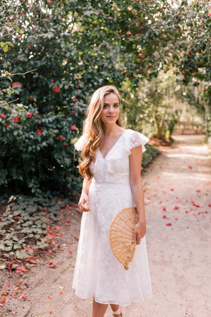 coiffure cheveux de côté avec ondulations, idée quels accessoires avec une robe d'été mi longue et blanche