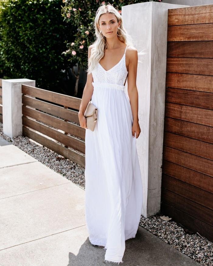 comment bien s'habiller en été femme, modèle de robe longue avec bretelles fines et décolleté en v de couleur blanche