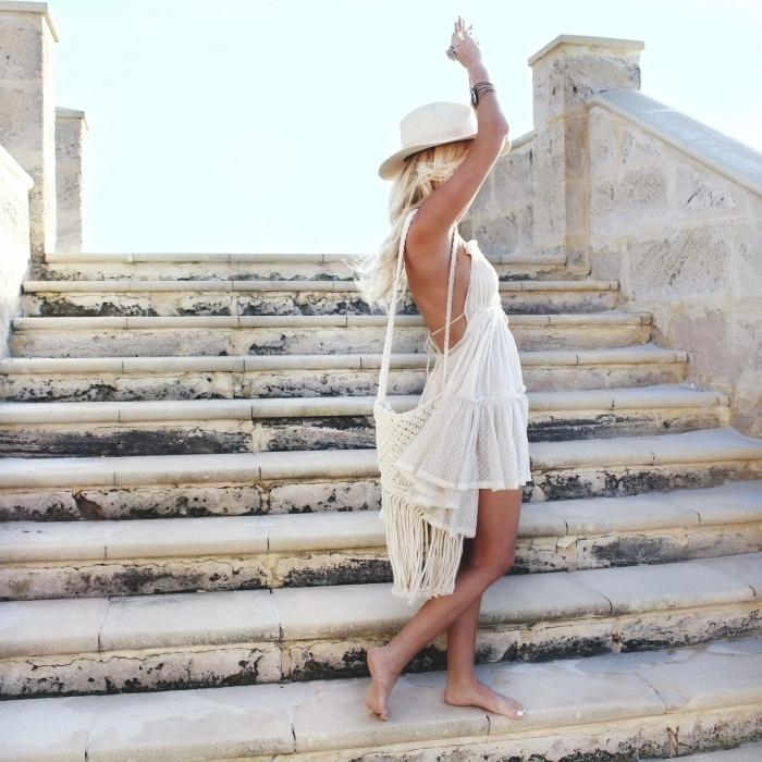 style vestimentaire femme bohème, modèle de robe été courte blanche avec lacets et jupe à volants, idée accessoire bohème