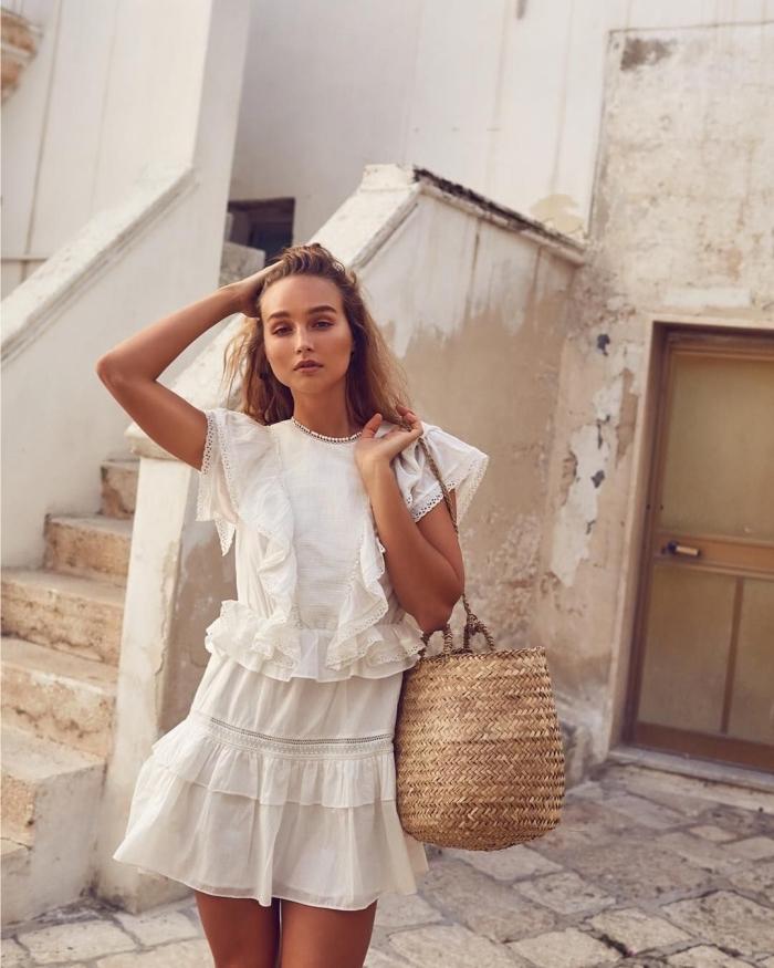 accessoire mode femme tendance fibre végétal, idée robe blanche courte avec jupe et top à volants, balayage naturel sur châtain