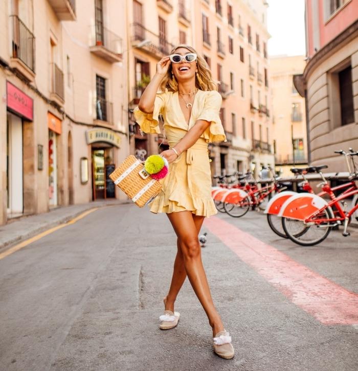 modèle de robe courte jaune avec chaussures plates et bijoux en or, exemple de carré long blond pour peau bronzé