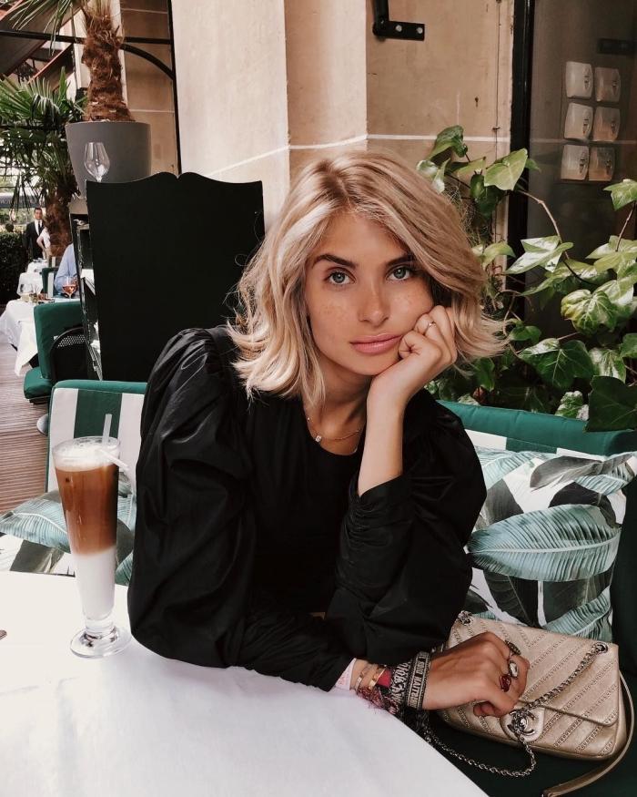 quelle coiffure pour une coupe carré blond, idée carré mi-long aux pointes ondulées, maquillage nude aux lèvres rose pâle