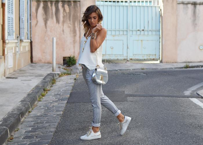 Moderne tenue en blanc et gris, débardeur blanc chic, idée tenue classe femme, look casual chic, comment s'habiller bien