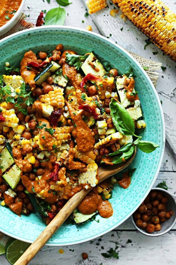 salade composée de légumes grillées, salade de courgettes grillées, maïs et pois chiches avec vinaigrettes aux-tomates-séchées