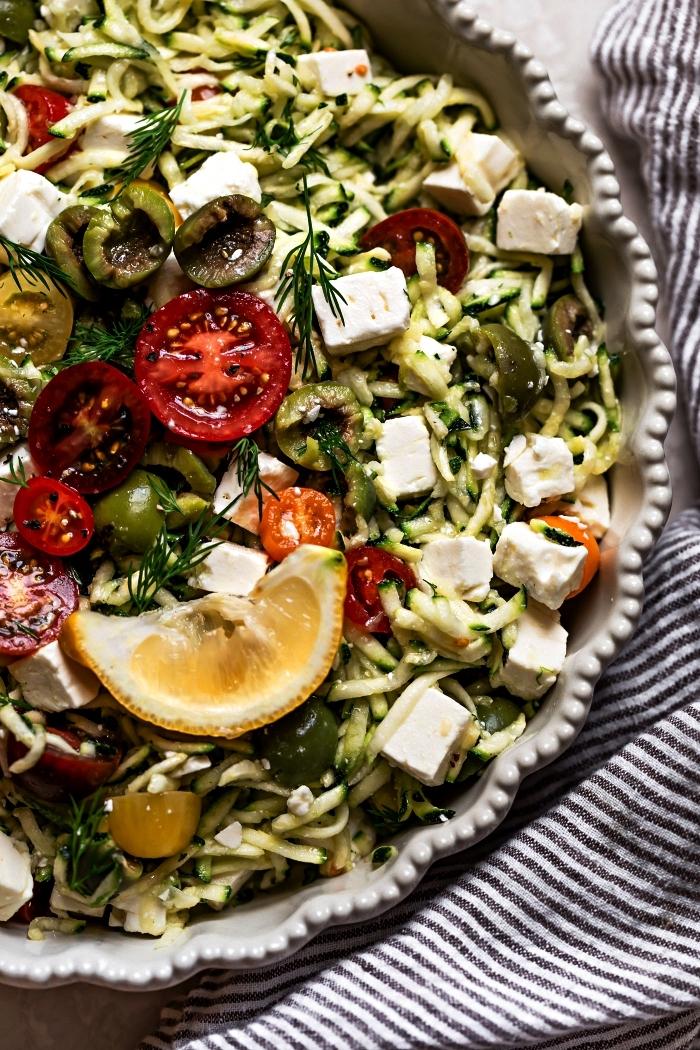 spaghettis de courgettes aux tomates, olives et fromage feta, salade de pâtes aux courgettes et légumes