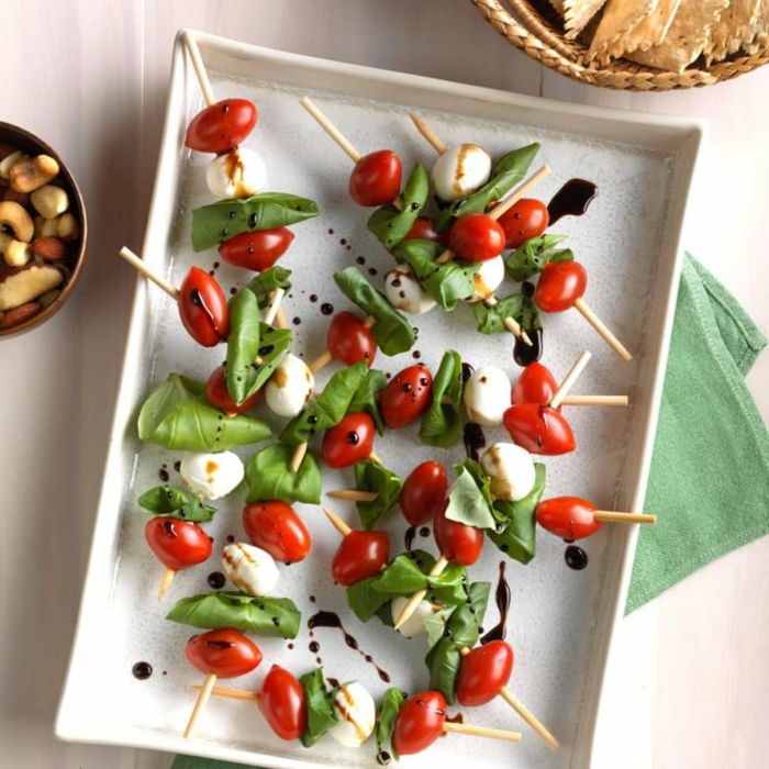 brochette épinards, tomates, mozzarella, noix, plateau de présentation, brochettes de légumes frais