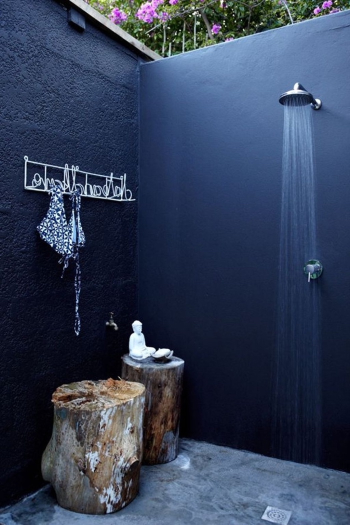 exemple de petite salle d'eau aux murs en peinture bleu pétrole, modèle de douche pluie en inox dans le jardin