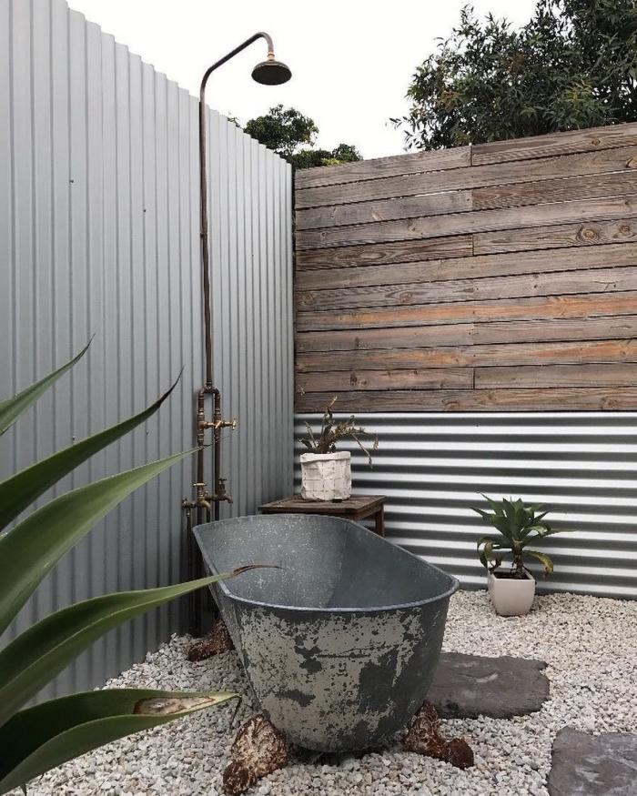 idee deco jardin avec baignoire autoportante et douche de jardin, design industriel avec douche en métal et baignoire effet béton