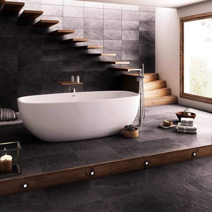 idée salle de bain design contemporain en gris anthracite et bois, modèle baignoire autoportante en blanc et robinet inox