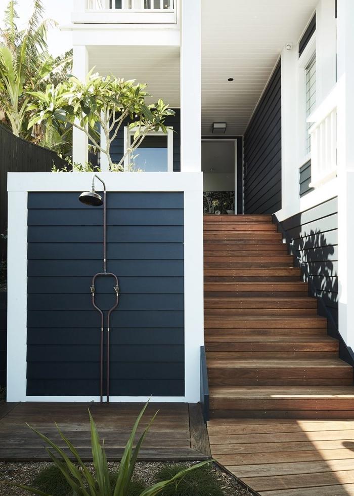 comment aménager son jardin, exemple de douche en inox et métal installée sur un mur dans la cour arrière
