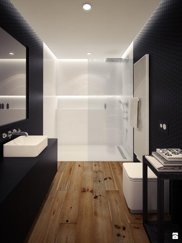 design intérieur contemporain dans une salle de bain avec cabine de douche aux murs noirs et plancher en bois