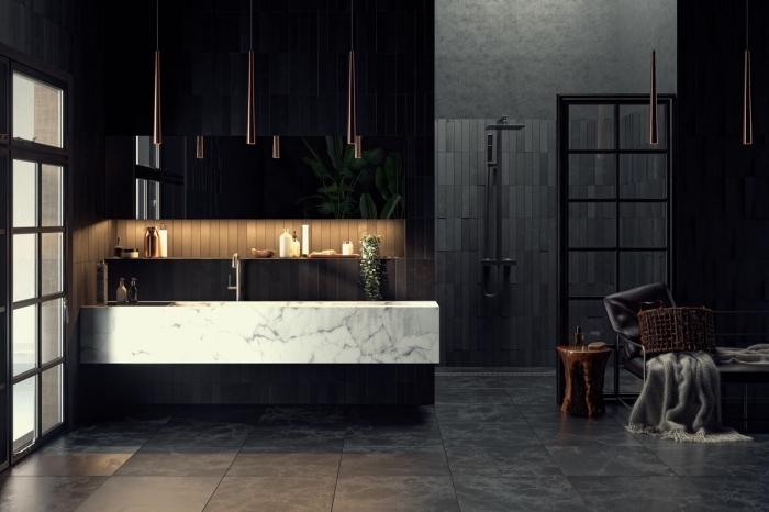 comment décorer une salle de bain contemporaine aux murs noirs et sol en dalles gris anthracite avec cabine de douche