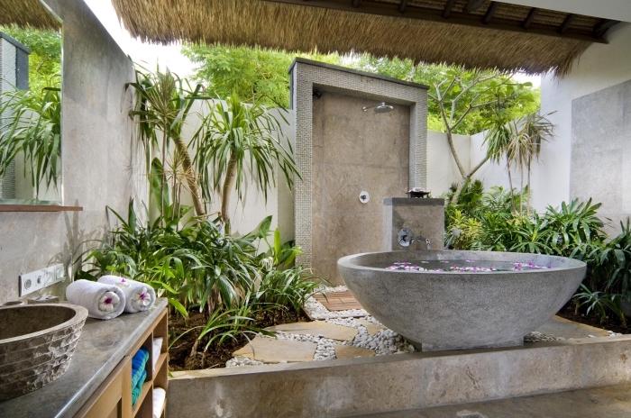 comment décorer une salle d'eau extérieure de style zen, aménagement cour arrière avec baignoire autoportante et douche