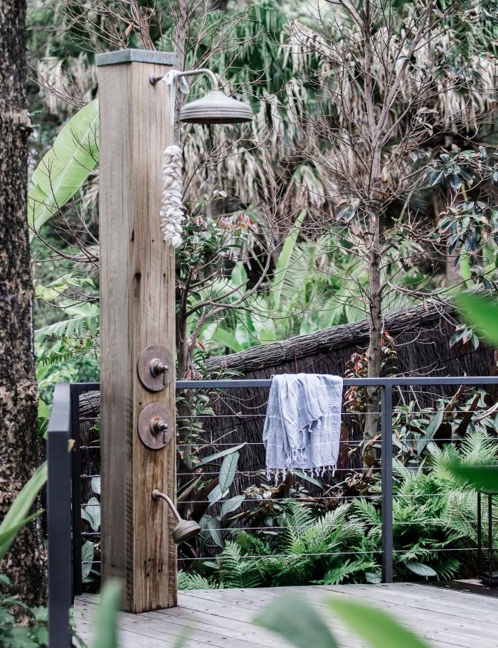 comment décorer une terrasse en bois et fer avec colonne de douche exterieure, installation de douche sur terrasse