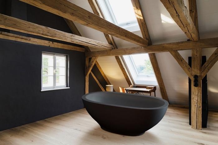 comment aménager une salle de bain sous combles, idée salle de bain bois et blanc avec mur et baignoire en noir