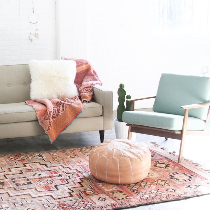 Pouf coussin de sol marocaine, tapis style berbere, deco boheme, belles couleurs et plantes vertes