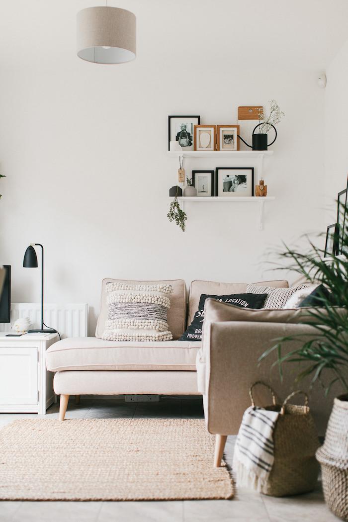 Canapé en angle dans un salon moderne style scandinave, coussin boheme, déco berbère, aménagement chambre