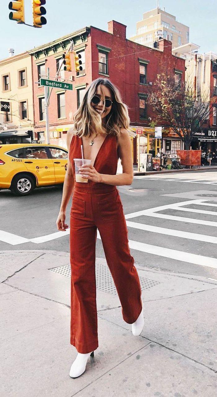 Salopette pantalon et décolletage en v, tenue classe femme, comment s'habiller aujourd'hui, mode des rues de new york