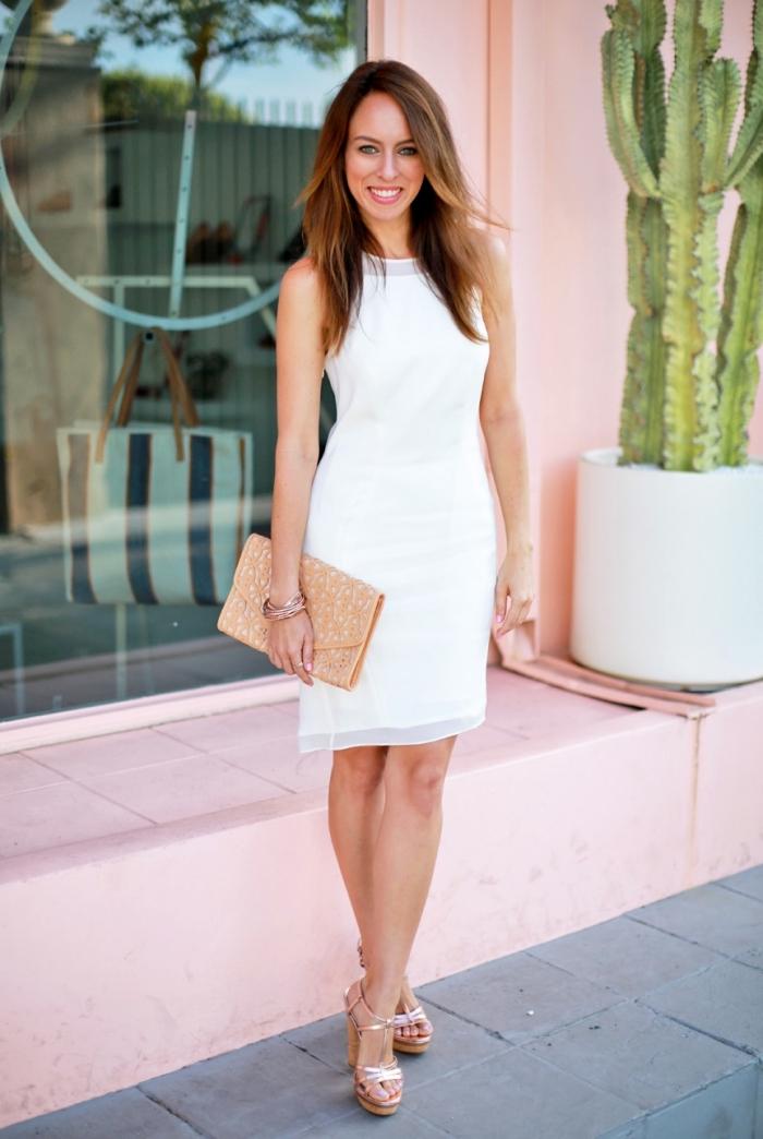 style vestimentaire femme élégante, modèle de robe blanche droite mi-longue combinée avec sandales compensées