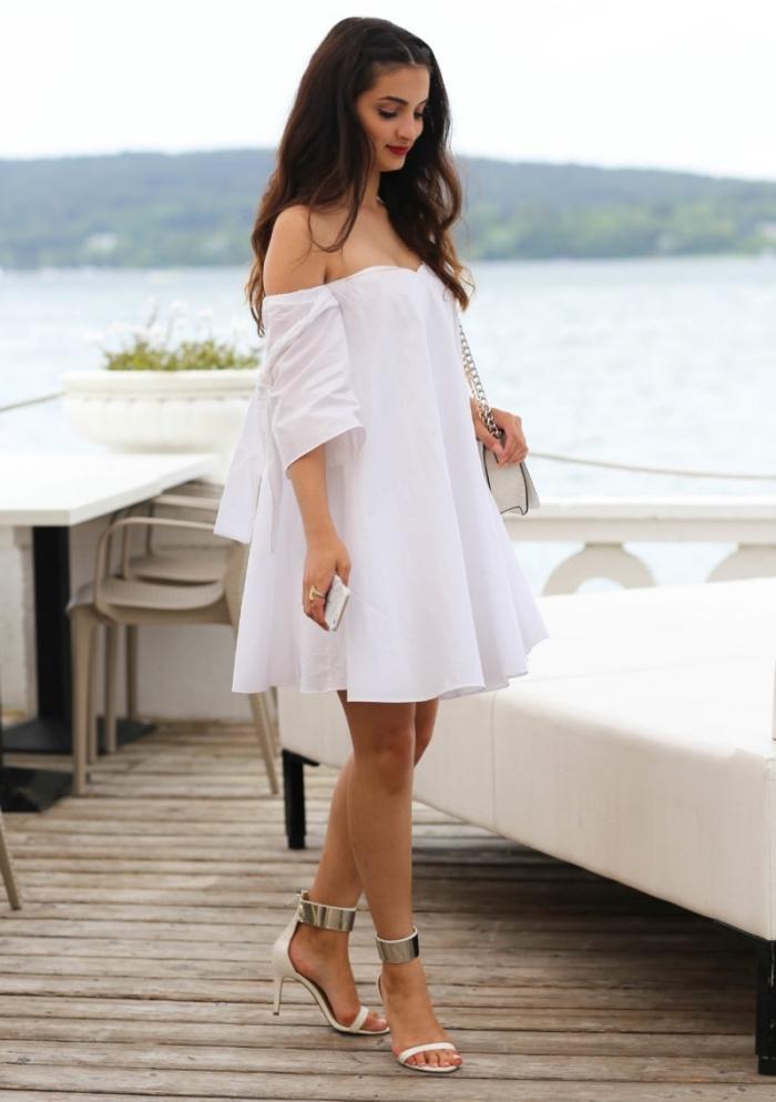 comment bien s'habiller pour une soirée plage femme, modèle de robe courte fluide avec manches et bustier coeur