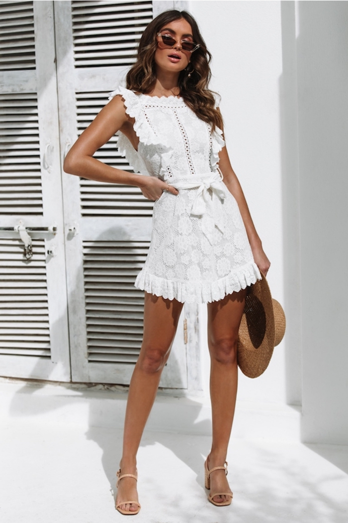 idée robe de soirée blanche courte, comment bien s'habiller avec une robe courte blanche et sandales à talons