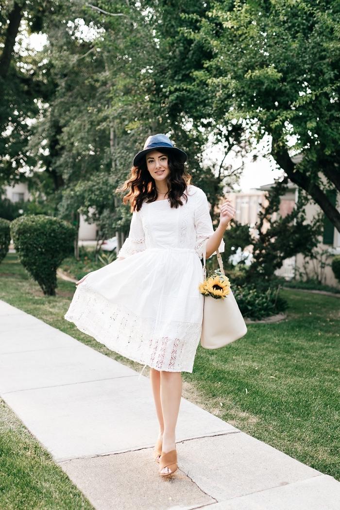 comment bien s'habiller femme, avec quoi porter une robe blanche été, exemple de robe mi longue aux manches
