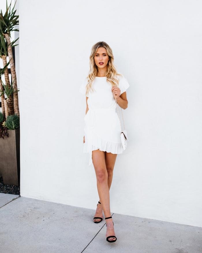 coiffure facile pour cheveux longs avec ondulations, modèle de robe blanche courte aux manches courtes et à volants