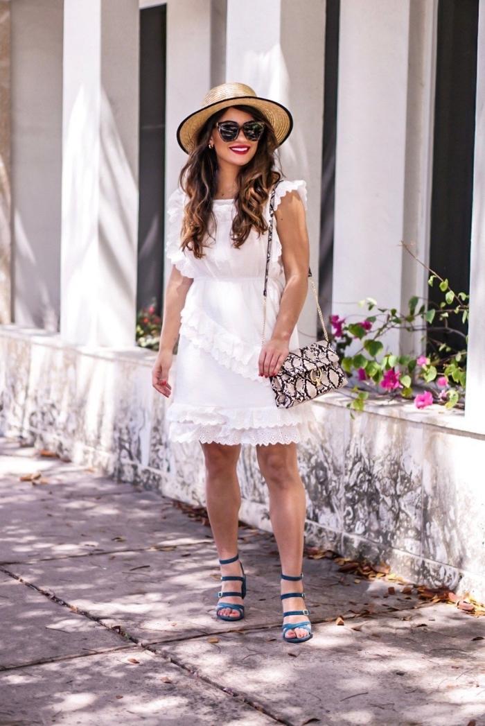 modèle de sac à main épaule aux imprimés animaliers avec poignée longue, exemple de robe courte blanche