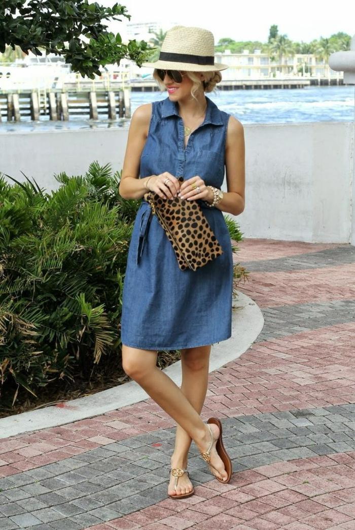 chapeau femme panama, ruban noir, sac aux imprimés de léopard, robe en denim, sandales plates