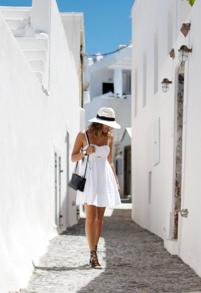 quelle couleur vêtements pour été, idée tenue en blanc et noir avec robe courte blanche et sandales plates noir