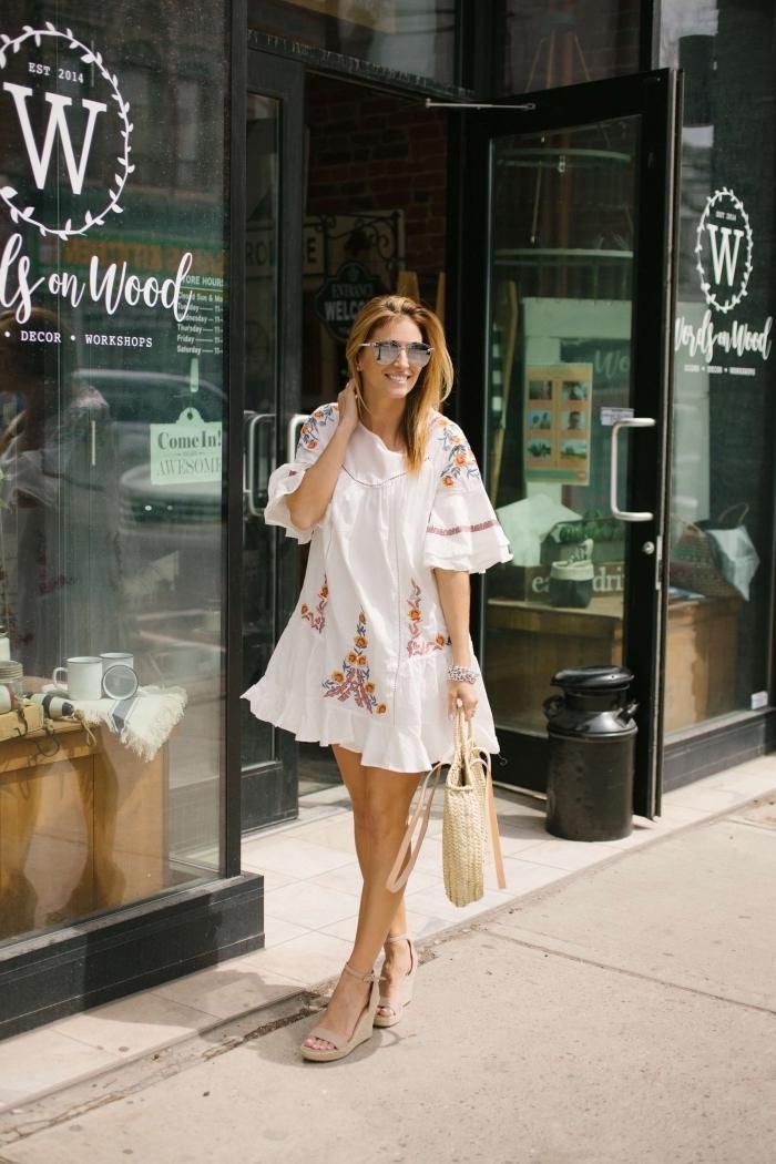 modèle de robe courte fluide aux manches bouffantes avec décoration broderie florale en couleurs, modèle sac à main paille