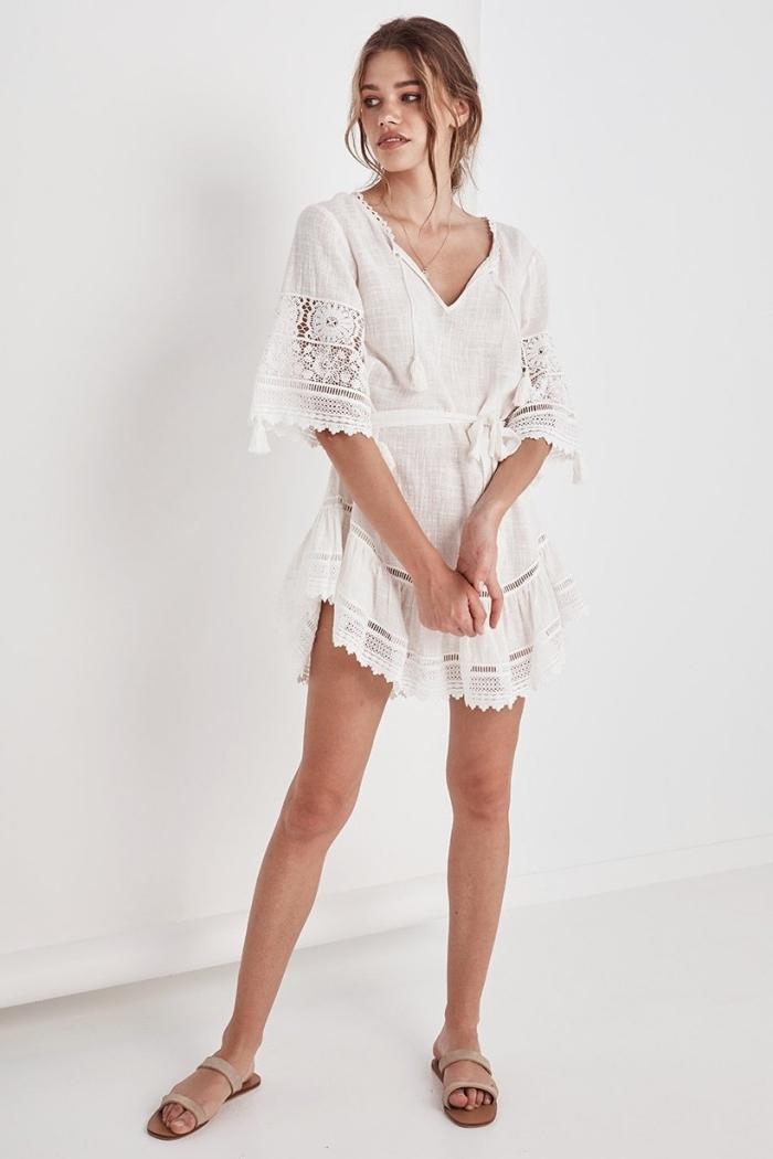 mode bohème chic femme été, modèle de robe tunique courte aux manches courtes avec détails en broderie