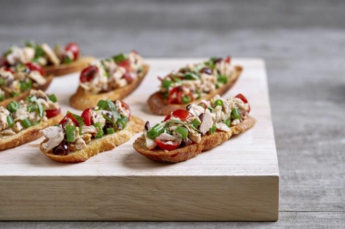 amuse bouche apéritif facile, fromage, tomates cerises, feuilles de laitue, amuses bouches originaux