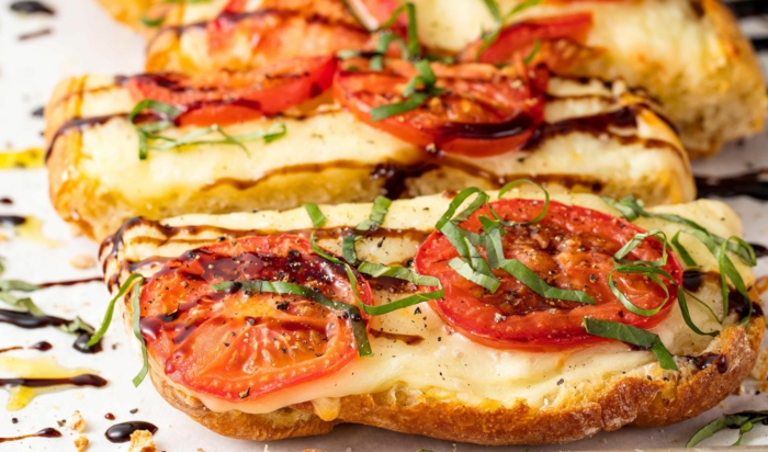sandwiches rôties, tomates, fromage, pain rôti, laitue, sauce gourmande, toast apero